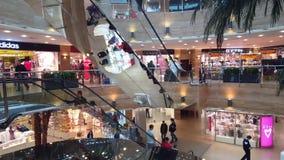 Zelenograd, Russia - 2 ottobre 2016 La gente va sulla scala mobile nell'iridio del centro commerciale stock footage