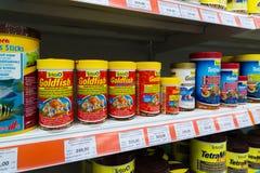 Zelenograd, Russie - 15 septembre 2017 Nourriture pour poissons de stock d'animal familier de quatre pattes au mail Panfilov Images stock
