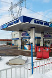 Zelenograd, Russland - 20. Februar 2016 Tankstelle Karat-Öl stockfotografie