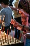 2009 05 10 Zelenograd, Ryssland Folk med stearinljus i kyrkan royaltyfria bilder