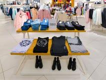 Zelenograd Ryssland - September 15 2017 Ungdomkläder shoppar in reserverat Arkivbild