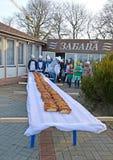 Zelenogradsk,俄罗斯 与长期饼18 metters的一张桌在Krantsevsky饼节日  库存图片