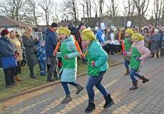 Zelenogradsk,俄罗斯 小在厨房里帮忙的仆人舞蹈  Krantsevsky饼节日  库存图片