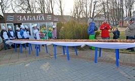 Zelenogradsk,俄罗斯 甜饼18米在桌上的长的谎言 Krantsevsky饼节日  免版税图库摄影