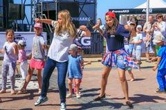 ZELENOGRADSK, ОБЛАСТЬ КАЛИНИНГРАДА, РОССИЯ - 29-ОЕ ИЮЛЯ 2017: Неизвестные дети танцуя современные танцы на улице стоковое фото rf