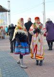 Zelenogradsk, Россия 2 женщины в русских национальных костюмах на празднике зимы Стоковое Изображение