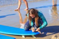 ZELENOGRADSK, KALININGRAD-REGION, RUSSLAND - 29. JULI 2017: Unbekannte junge Frau im Wetsuit mit Surfbrett auf einem Strand Stockbilder