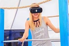 ZELENOGRADSK KALININGRAD REGION, RYSSLAND - JULI 29, 2017: Okänd ung kvinna i virtuell verklighetexponeringsglas i dobbelpaviljon fotografering för bildbyråer