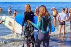 ZELENOGRADSK KALININGRAD REGION, RYSSLAND - JULI 29, 2017: Okänd ung kvinna i wetsuit på en strand på den Östersjön kusten Royaltyfri Foto