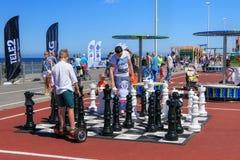 ZELENOGRADSK KALININGRAD REGION, RYSSLAND - JULI 29, 2017: Stort schackbräde som en modig dragning i havssemesterorten Zelenograd arkivbild
