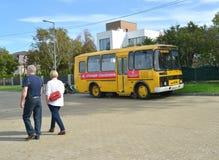 Zelenogradsk, Rússia O ônibus com a estação da inscrição do salvamento +costs na rua Região de Kaliningrad Texto do russo fotos de stock royalty free