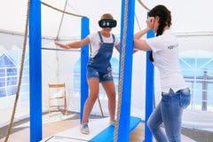 ZELENOGRADSK, REGIÓN DE KALININGRADO, RUSIA - 29 DE JULIO DE 2017: Chica joven desconocida en los vidrios de la realidad virtual  fotos de archivo libres de regalías