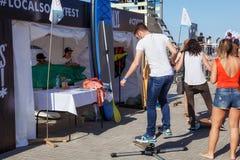 ZELENOGRADSK, REGIONE DI KALININGRAD, RUSSIA - 29 LUGLIO 2017: Giovane sconosciuto che impara equilibrare su un pattino simulato fotografie stock libere da diritti