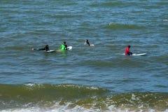 ZELENOGRADSK, REGIONE DI KALININGRAD, RUSSIA - 29 LUGLIO 2017: Surfisti sconosciuti che riposano e che hanno di spuma sulle onde  Fotografia Stock Libera da Diritti
