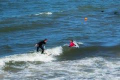 ZELENOGRADSK, REGIONE DI KALININGRAD, RUSSIA - 29 LUGLIO 2017: Surfisti sconosciuti che riposano e che hanno di spuma sulle onde  Fotografia Stock