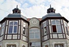 Zelenogradsk, Rusia El edificio viejo con dos ventanas saledizas y imagen de archivo libre de regalías