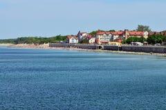 ZELENOGRADSK, RUSLAND - 24 kunnen 2014: de toeristen zonnebaden op het strand van toevluchtstad van Zelenogradsk, Kaliningrad obl Stock Foto's