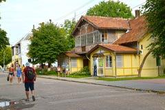 Zelenogradsk, Russia Il vecchio edificio residenziale con il negozio di costruzione dell'inizio del secolo XX sul viale di Kurort Immagine Stock