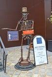 Zelenogradsk Ryssland En metallskulptur av ett skelett på en ingång till museet av skallar och skelett Arkivfoto
