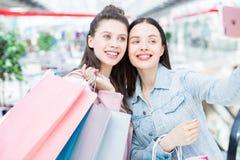 Zelf-portret van shopaholic meisjes stock foto