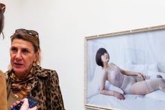Zelf-portretten door Mari Katayama bij het Centrale Paviljoen tijdens de 58ste Internationale Kunsttentoonstelling wordt blootges royalty-vrije stock afbeelding