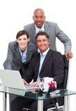 Zelf-verzekerd commercieel team dat bij een computer werkt Royalty-vrije Stock Afbeelding