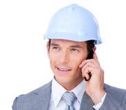 Zelf-verzekerde mannelijke architect die op telefoon spreekt Stock Afbeeldingen