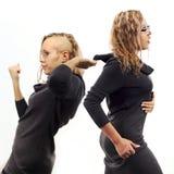 Zelfbesprekingsconcept Jonge vrouw die aan zich spreken, tonend gebaren Dubbel portret van twee verschillende zijaanzichten Stock Foto's