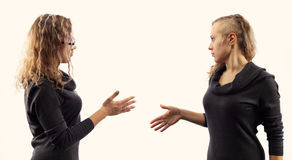 Zelfbesprekingsconcept Jonge vrouw die aan zich spreken, tonend gebaren Dubbel portret van twee verschillende zijaanzichten Stock Foto