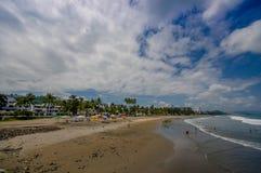 ZELFDE, ECUADOR - MEI 06 2016: Mooie mening van het strand met zand, en builsings erachter in een mooie dag binnen met zonnig wee Stock Afbeeldingen