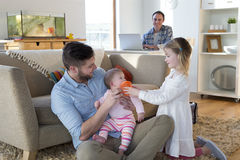Zelfde geslachtspaar thuis met dochters royalty-vrije stock foto