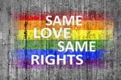 Zelfde Liefde Zelfde die Rechten en LGBT-vlag op achtergrondtextuur wordt geschilderd royalty-vrije stock fotografie