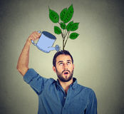 Zelfinvestering Knappe mens met vele ideeën Stock Foto's