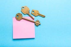 Zelfklevende notapost en sleutels Stock Afbeeldingen