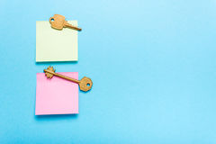 Zelfklevende notapost en sleutels Royalty-vrije Stock Afbeeldingen