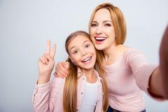 Zelfportret van grappige, grappige, modieuze, mooie, zoete moeder en Royalty-vrije Stock Afbeeldingen