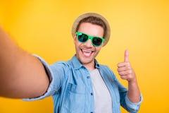 Zelfportret van vrolijke, gebaarde blogger in sho van de zomerglazen royalty-vrije stock fotografie