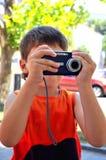 Zelfs kan weinig jongen digitale camera gebruiken Royalty-vrije Stock Foto's