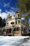 Zelfs kijkt dit huis mooi in de Sneeuw royalty-vrije stock foto