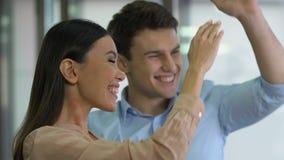Zelfstandig zakenlui die financiering voor nieuw opstarten ontvangen, die hoog-vijf geven stock footage