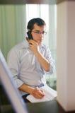 Zelfstandige mens die thuis werkt. royalty-vrije stock afbeelding