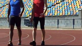 Zelfverzekerde atleten die aan kleedkamer na grueling training lopen, langzaam-mo stock video