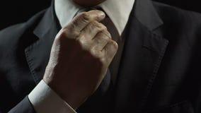 Zelfverzekerde mannelijke oligarch het aanpassen band, die voor commerciële vergadering voorbereidingen treffen stock videobeelden
