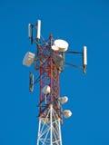 Zellantenne, Übermittler Telekommunikation Fernsehbeweglicher Radioturm gegen blauen Himmel Stockfoto