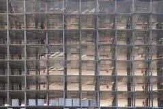 Zellen von Wohnungen im Bau in einem hohen Gebäude, Panorama belichtet durch die Morgensonne Stockfotografie
