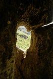 Zellenfenster im Felsen Stockbild