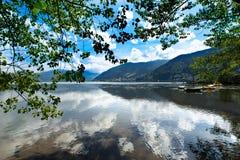 Zeller sehen See Zell morgens sehen, Österreich, Europa Boote im Wasser Baumaste am Vordergrund, Alpen am Hintergrund Lizenzfreies Stockbild
