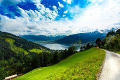Zeller vê o lago Zell Am vê, Áustria, Europa Cumes no fundo imagens de stock royalty free