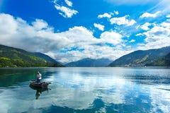 Zeller Widzii jezioro Zell Am Widzii, Austria, Europa Rybak przy przedpolem, Alps przy tłem Zdjęcia Royalty Free