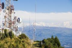 Zellulär, Fernsehen und Radioantennen an der Spitze des Berges Lizenzfreie Stockfotografie